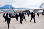 2009-04-27-president-arrives-at-columbus-ohio-airport-with-secret-service-detail