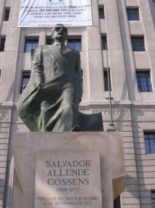Statue of Salvador Allende in front of the Palacio de la Moneda. Source: Wikipedia Commons. Creative Commons license